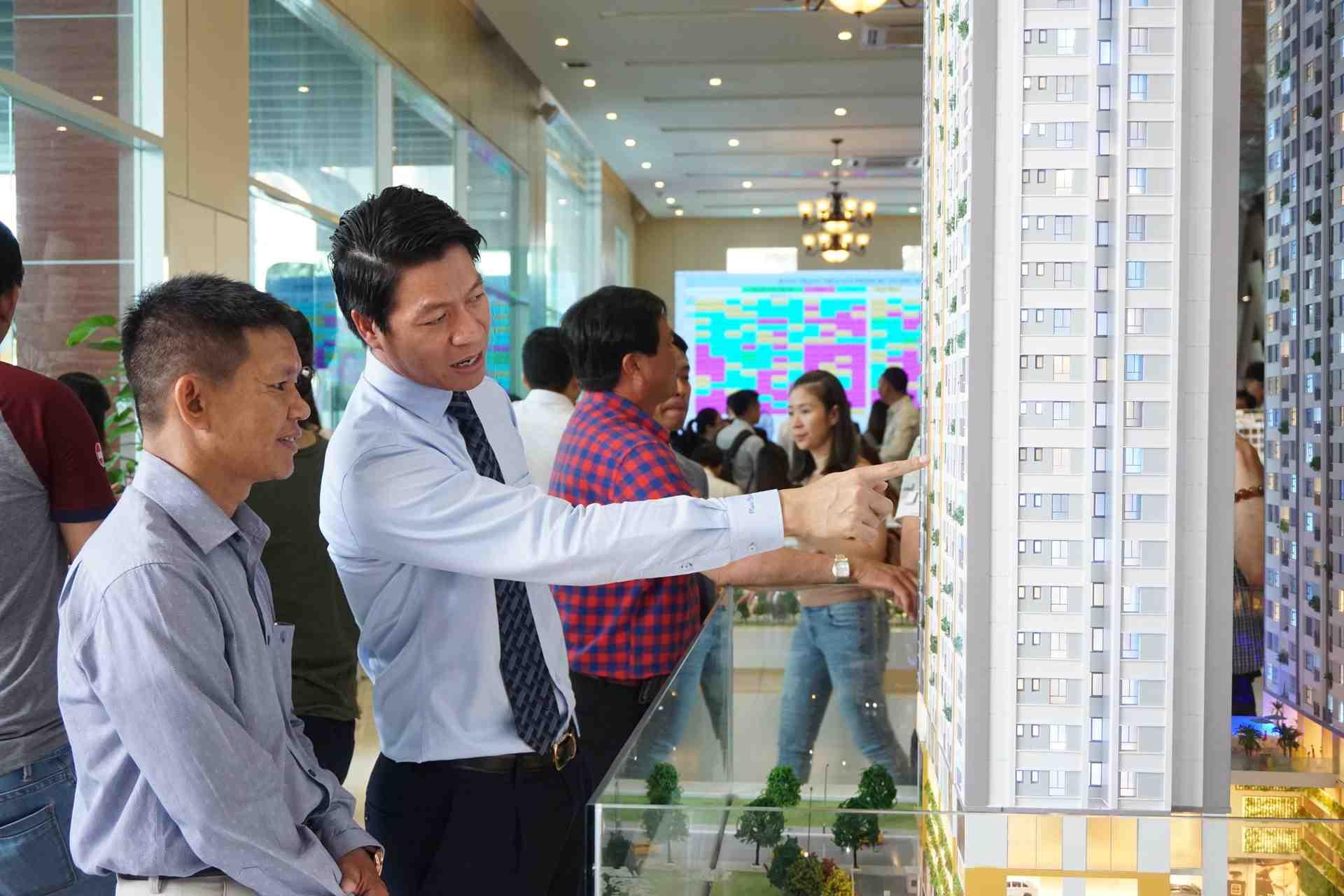 Ông Ngô Quang Phúc - CEO Phú Đông Group đang tư vấn cho khách hàng về Phú Đông Premier giai đoạn 1 và tương lai Phú Đông Sky Garden
