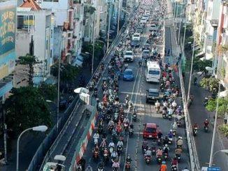 Khu vực cầu Kênh Tẻ thường xuyên xảy ra tình trạng quá tải phương tiện