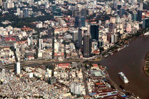 TP HCM có diện tích 2.096 km2, chiếm 0,6% diện tích và 8,56% dân số của cả nước; đóng góp gần 30% tổng thu ngân sách