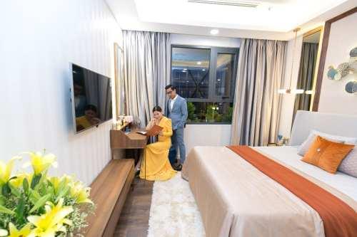 Vợ chồng diễn viên Ngọc Lan - Thanh Bình tham quan phòng ngủ căn hộ mẫu Opal Boulevard-compressed