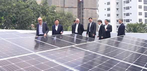 Các đại biểu tham quan dự án điện mặt trời áp mái tại tòa nhà điều hành khu công nghiệp VSIP 1, thành phố Thuận An, Bình Dương