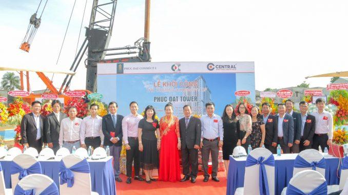 Ông Nguyễn Văn Mạnh, Bà Nguyễn Thị Hạnh, Ông Trần Quang Tuấn cùng BLĐ các bên chụp ảnh kỷ niệm