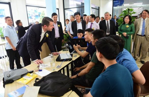 Chuyên gia nước ngoài trò chuyện với các bạn trẻ tại Trung tâm khởi nghiệp tỉnh Bình Dương
