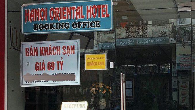 Một khách sạn rao bán tại phố cổ Hà Nội.