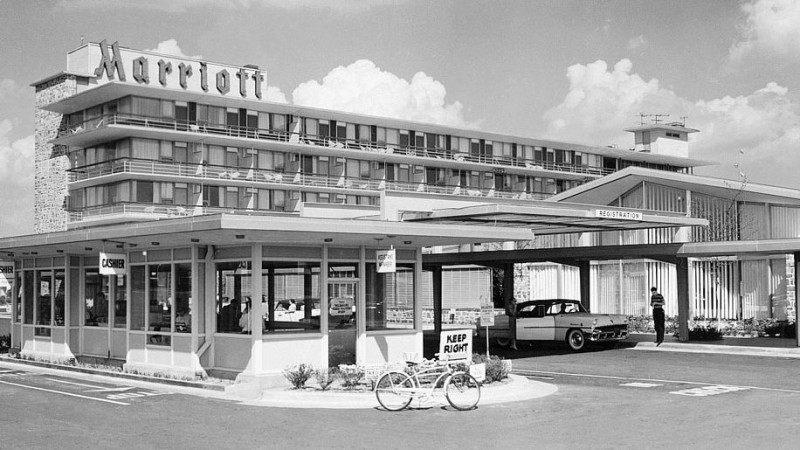 Marriott International and Ritz-Carlton - Khách sạn đầu tiên