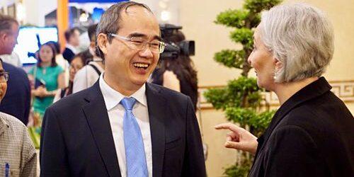 Ông Nguyễn Thiện Nhân tiếp xúc đại diện các doanh nghiệp bên lề hội nghị