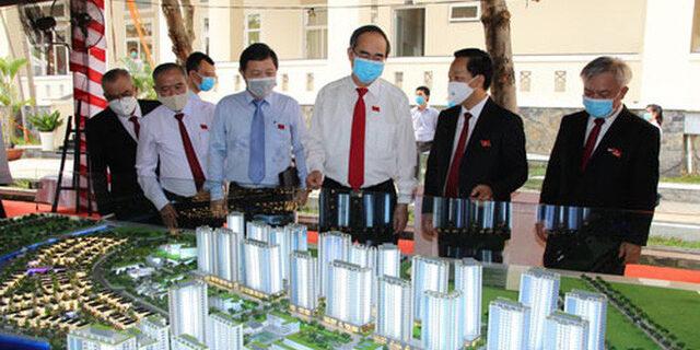 Ủy viên Bộ Chính trị, Bí thư Thành ủy TP HCM Nguyễn Thiện Nhân (thứ ba từ phải sang) tham quan mô hình các dự án nhà ở trên địa bàn huyện Nhà Bè